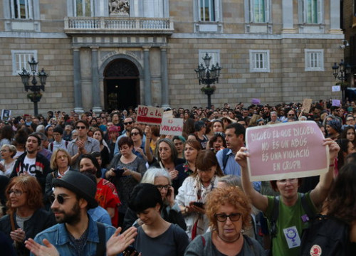 Image of the demonstration in Barcelona to reject the verdict for the 'Manada case' on April 26, 2018 (by Elisenda Rosanas)