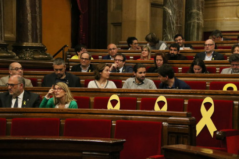 JxCat and ERC MPs sit alongside yellow ribbons in the Catalan parliament on May 3 2018 (by Núria Julià)