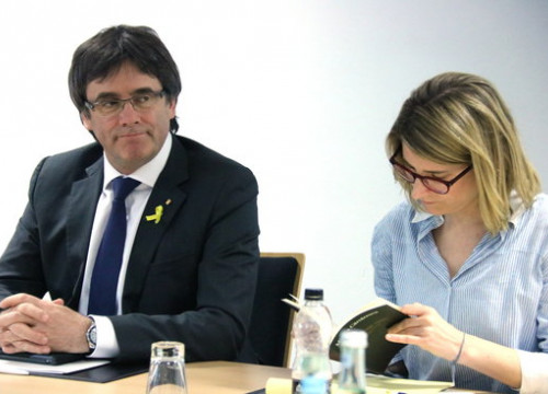 Carles Puigdemont alongside Elsa Artadi at the JxCat meeting in Berlin on May 5 (by Bernat Vilaró)