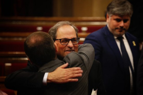 Quim Torra hugs a member of his party after his speech (by ACN)