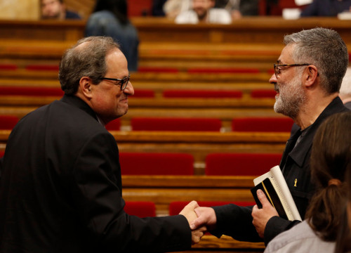 Presidential candidate Quim Torra and CUP MP Carles Riera shaking hands in Parliament (by ACN)