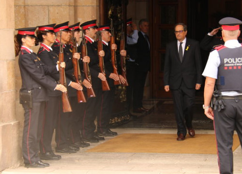 The newly elected Catalan president, Quim Torra, saluting some guards of honor of the Catalan police (by Bernat Vilaró)