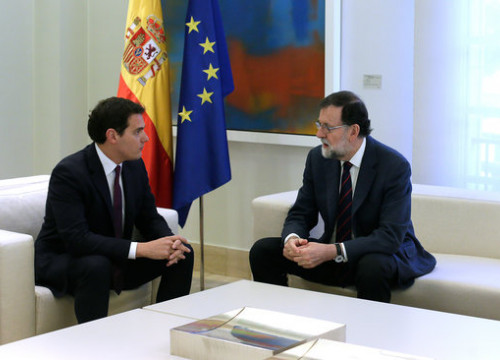 Ciutadans leader Albert Rivera (left) meeting with Spanish president Mariano Rajoy (by Moncloa/ César P. Sendra)