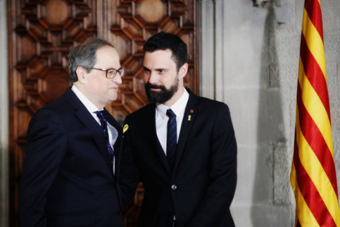 President Quim Torra (left) during his inauguration with the Catalan Parliament speaker on May 17, 2018 (by Marc Rovira)