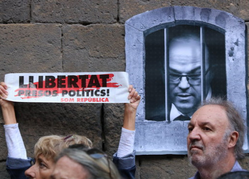 Protest to demand the release of jailed leaders with street art depicting incarcerated MP Jordi Turull (by ACN)