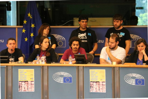 The group in support of rapper Valtonyc with also convicted rapper Pablo Hasel (white shirt) at the European Parliament on May 24 2018 (by Blanca Blay)