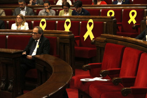 A yellow ribbon knocked over by a unionist Ciutadans MP in the May 25 plenary session (by Núria Julià)