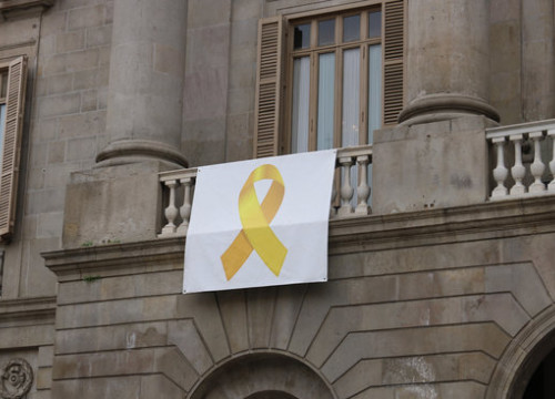 The yellow ribbon that adorns the front of the Barcelona city hall (Photo: Aleix Freixas)