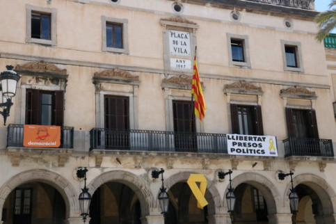 The town council of Vilanova i la Geltrú, with a yellow ribbon (by Gemma Sánchez)