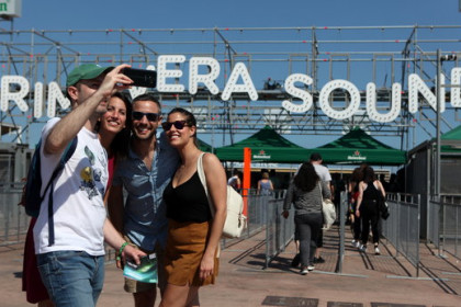 Concert-goers take a selfie in front of Primavera Sound on May 31 2018(by Violeta Gumà)