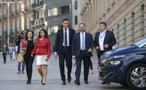 Spain's president Pedro Sánchez (center) accompanied by Socialist colleagues (by ACN)