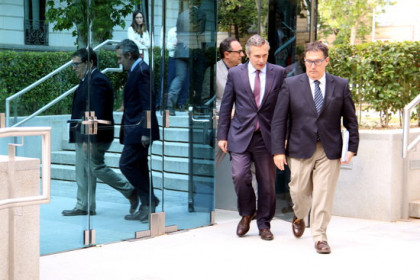Historian Josep Lluís Alay (left) with his lawyer leaving court (by ACN)