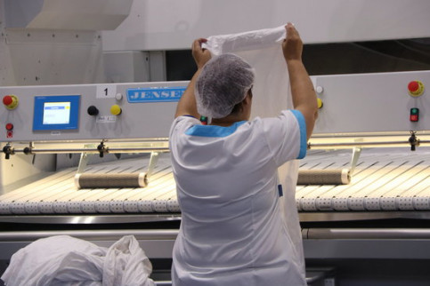 A worker at the new Elis industrial laundry plant in Barcelona (by ACN)