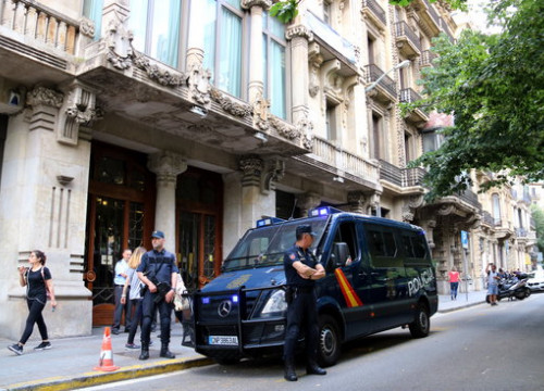 Catalonia's economy ministry guarded by police officers (by Jordi Bataller)