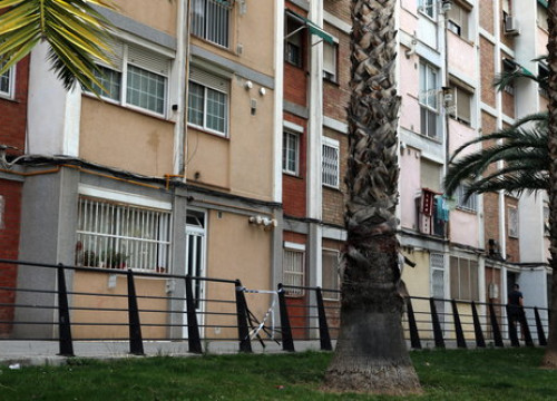 The apartment building in Cornellà de Llobregat where a man committed suicide when he was about to be evicted (by Àlex Recolons)