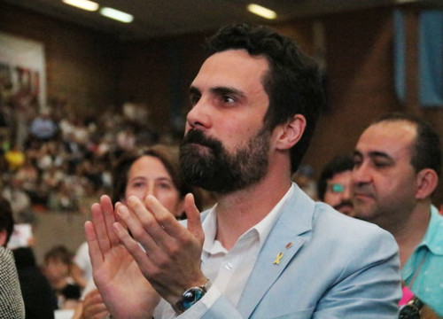Catalan parliament speaker Roger Torrent in the general assembly of grassroots organization Òmnium Cultural on June 16 2018 (by Bernat Villaró)