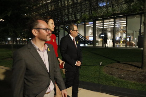 Catalan president Quim Torra (right) accompanied by culture minister Laura Borràs and parliament vice president Josep Costa (by Rafa Garrido)