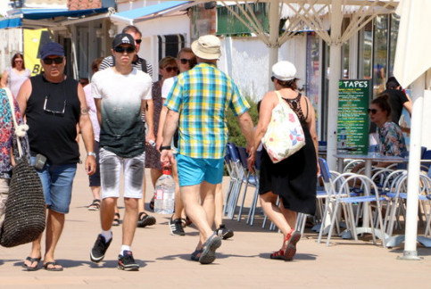 Tourists in coastal town of Roses in July (ACN)