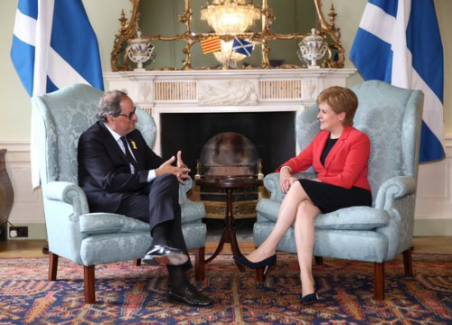 Catalan president Quim Torra and the First Minister of Scotland Nicola Sturgeon speak on July 11 2018 (by Jordi Bedmar)