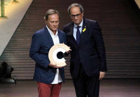 Illusionist Hausson receiving his award from Quim Torra on July 12 2018 (by Norma Vidal)