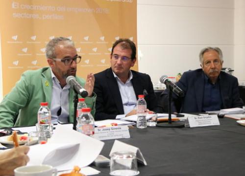 Catalonia's secretary general for employment, Josep Ginesta (left), ManpowerGroup's director in the Mediterranean, Raúl Grijalba (center), and the emeritus professor of economy, Josep Oliver (by Andrea Zamorano)
