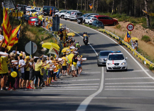 The car moving former Catalan parliament speaker carme Forcadell to the Catllar prison, cheered on by pro-independence supporters on July 20 2018 (by Sílvia Jardí)