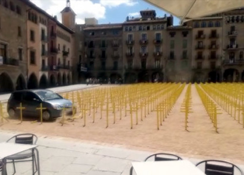 The car used to run over the installation with the crosses in the background on July 22 (photo ceded to Catalan News)