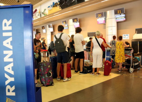 A line of passengers at the Reus airport for a flight to Liverpool with Ryanair on July 25 2018 (by Núria Torres)