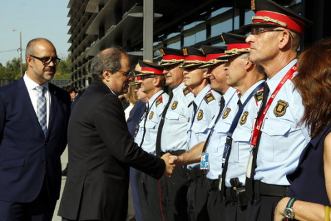 Catalan president Quim Torra salutes commanders for Mossos d'Esquadra on July 26 2018 (by Laura Busquets)