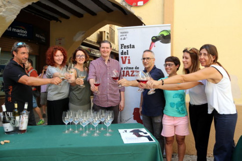 The heads of the winemarkers who will participate in the Jazzivi festival cheers with Pallars wines on July 27 2018 (by Marta Lluvich)