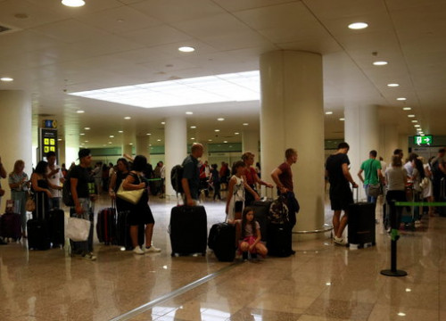 Some passengers in a line at Barcelona airport in July 2018 (by Laura Fíguls)