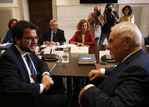 Catalan vice president Pere Aragonès (left) and minister Ernest Maragall (right) meet with minister Meritxell Batet (by Núria Julià)