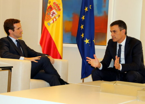 Leader of the People's Party, Pablo Casado, left, sits with the Socialist president of Spain, Pedro Sánchez, right (Photo: Tània Tàpia)