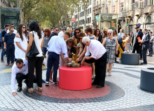 Some relatives of victims of the August 17, 2017 terror attacks in Catalonia leaving flowers one year on on La Rambla (by Pere Francesch)