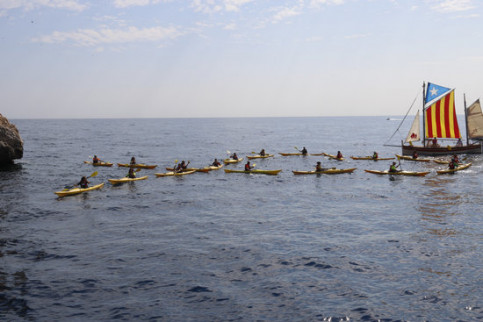 18 yellow kayaks forming a bow to back the incarcerated and exiled officials in the Illes Medes on August 21, 2018 (by Aleix Freixas)