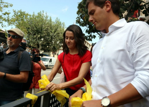 Ciutadans party leaders Albert Rivera and Inés Arrimadas removing yellow ribbons in Alella on August 29, 2018 (by Norma Vidal)