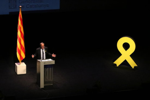 Catalan president Quim Torra speaks in Catalonia's National Theatre, next to a giant yellow ribbon in solidarity with jailed and exiled pro-independence leaders (by Núria Julià)