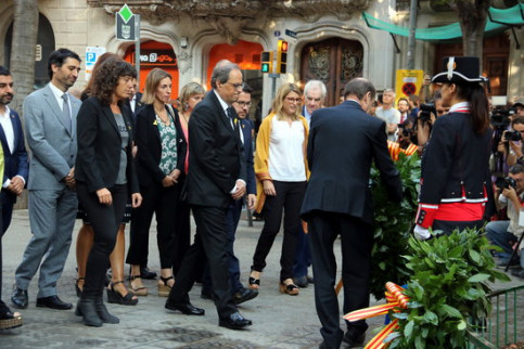 The Catalan government during the traditional floral tribute on September 11, 2018 (by Jordi Bataller)