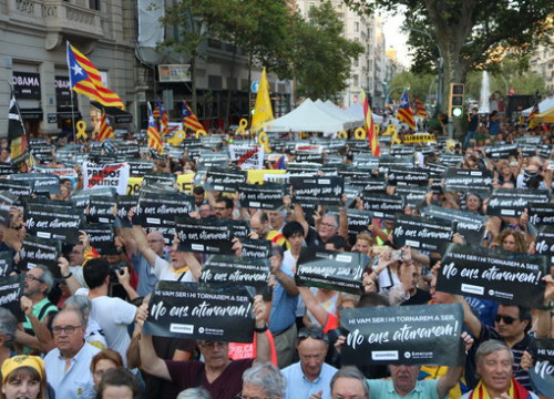 Protesters outside Ministry of Economy commemorating anniversary of Spanish police raids on government buildings (ACN)