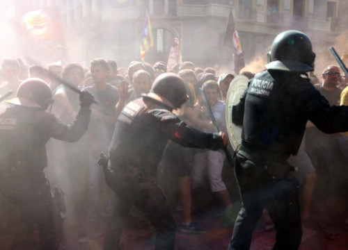 Catalan police hit pro-independence protesters to keep them away from unionist march (by ACN)