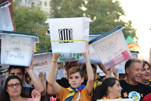 Demonstrators holding ballot boxes in Barcelona (by Nazaret Romero)