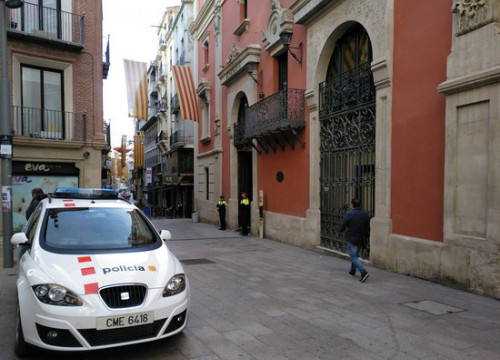 Catalan police car in front of Lleida's region authority (by Salvador Miret)