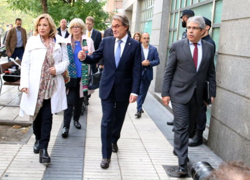 Former Catalan president Artur Mas (in the middle) with some other officials involved in the 2014 unofficial referendum organization outside the Spain's Court of Auditors (by Tània Tàpia)