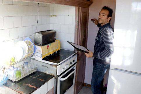 An architect takes measurements from an apartment to be rehabilitated in Mataró (by ACN)
