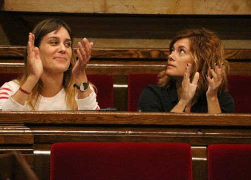 Jéssica Albiach (left) and Elisenda Alamany, MPs for Catalunya en Comú-Podem, the parliamentary group which put forward the proposal to abolish the Spanish monarchy