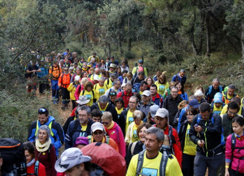 People start the ascend of a mountain in the Lleida region (by Oriol Bosch, ACN)