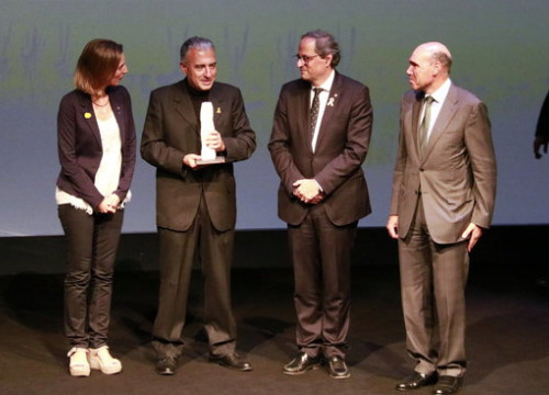 The scientist Roderic Guigó holding his award next to the Catalan business minister, Àngels Chacón, and the Catalan president, Quim Torra, on October 15, 2018 (by Laura Fíguls)