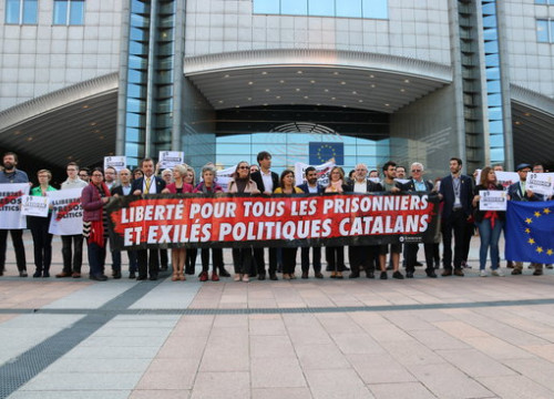 "Some 15 MEPs demanding ""freedom for the political prisoners and exiles"" outside the European Parliament in Brussels on Tuesday (by Blanca Blay)"