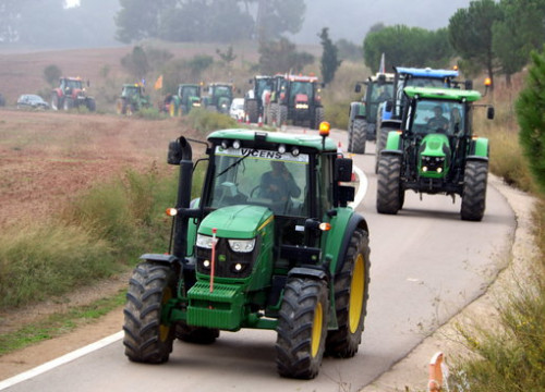 Some tractors arriving outside Lledoners prison, where some 300 farmers gathered to demand freedom for jailed leaders (by Gemma Alemán)