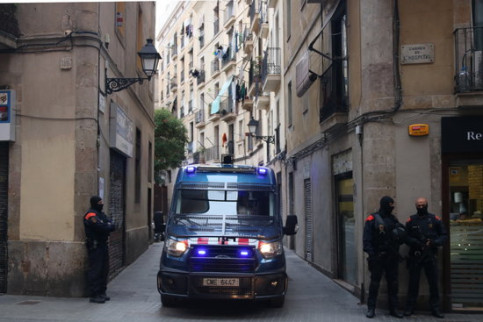 Image of a police van and some officers taking part in operation to crack down on Barcelona's Raval neighborhood drug dealers (by Pol Solà)